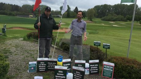 Anlagenleiter Fabian Fietze (rechts) und Greenkeeper Werner Heulander (links) haben alle Hände voll zu tun. Auf der Golfrange Augsburg will man gewappnet sein, sollten die Politiker Lockerungen im Sport erlauben.