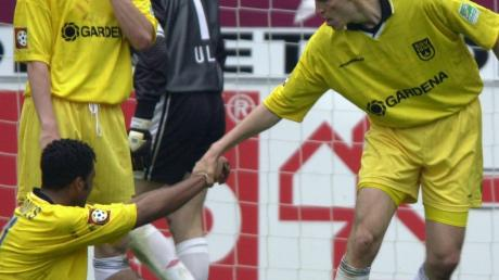 Ende April 2000 kassierte der SSV Ulm 1846 eine 2:6-Niederlage in der Bundesliga-Partie gegen den FC Kaiserslautern. Hier hilft Ulms Uwe Grauer seinem Mitspieler Rui Marques nach einem Gegentor hoch. Dahinter Oliver Unsöld.