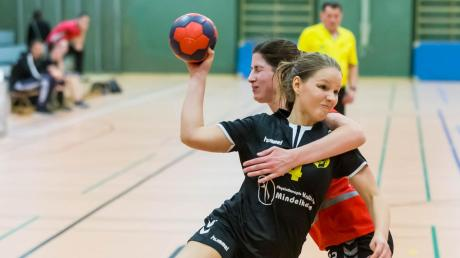 Der Handballsport lebt vom Körperkontakt. Ein Abbruch der Saison wegen des Coronavirus war deshalb alternativlos. Für die Damen (vorne: Katharina Spies) und Herren des TSV Mindelheim ändert sich dadurch jedoch nichts.