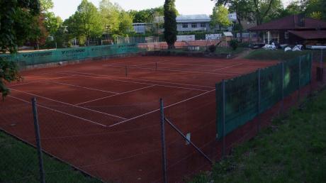 Die Plätze sind gerichtet, bald werden die Netze wieder gespannt: Ab Montag darf in Bayern wieder Tennis gespielt werden. Auch auf der Anlage des Neuburger Tennis-Club im Englischen Garten geht es dann wieder los.