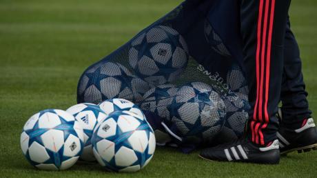 Seit Montag dürfen Fußballer wieder trainieren. Dabei müssen zahlreiche Auflagen eingehalten werden.
