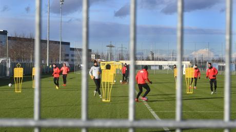 Das FCA-Training Anfang Februar, noch vor der Corona-Krise, mit allem, was zum Fußball gehört. Mittlerweile ist es wieder in dieser Form erlaubt.