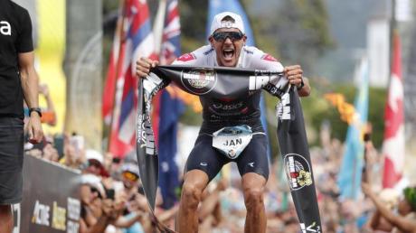 Jan Frodeno aus Deutschland jubelt 2019 nach dem Triathlon-Sieg auf Hawaii.