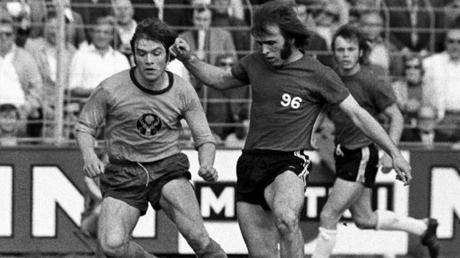 Gleich für drei Bundesliga-Klubs stürmte Roland Stegmayer (rechts), hier im Trikot von Hannover 96. Seine Sternstunde erlebte der Altenberger beim 6:1-Sieg des 1. FC Saarbrücken gegen Bayern München, als er viermal traf.