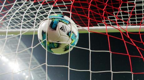 Der Ball im Netz – aber keine Zuschauer im Stadion, die das Tor bejubeln. Im Fachjargon heißt das Geisterspiel.