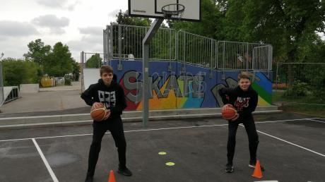Auf den Streetballplatz neben der Skateranlage in Stadtbergen üben Jonas Paesler und Tim Goschenhofer wieder mit dem Basketball – und natürlich mit dem erforderlichen Abstand.