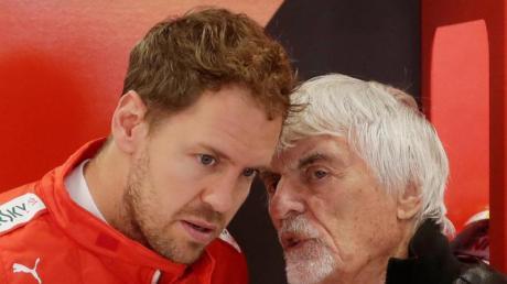 Bernie Ecclestone (r) würde Mercedes zu einer Verpflichtung von Sebastian Vettel raten.