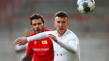 Bayern Münchens Ivan Perisic (r) im Zweikampf mit Unions Christopher Trimmel.