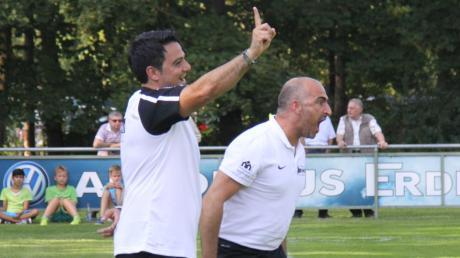 """Auch Ex-Trainer Ali Dabestani (links) hat sich bei Abteilungsleiter Torsten Vrazic schon ein """"Coronahilfe-Trikot"""" des TSV Meitingen gesichert."""