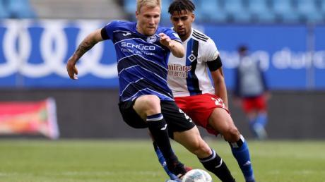 Bielefelds Andreas Voglsammer (l) kommt vor Hamburgs Josha Vagnoman an den Ball.