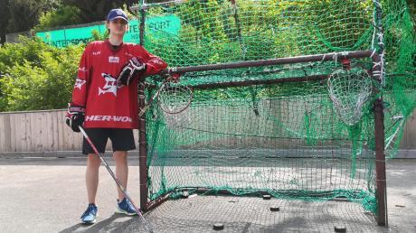 Das Trainingsshirt der Kölner Haie hat Leon Sivic bereits. Im Sommer geht es für den 16-jährigen Eishockeyspieler aus Oberauerbach dann ins Sportinternat nach Köln. Bis dahin trainiert er noch auf dem ehemaligen Hockeyplatz auf der Mindelheimer Schwabenwiese.