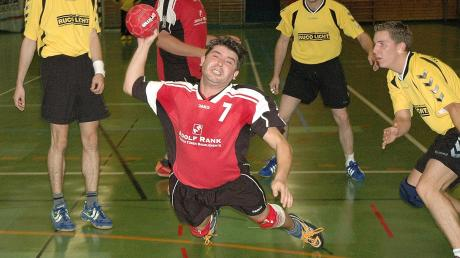 2004: Billy Sahbaz als aktiver Spieler im Trikot des TSV Wittislingen – beim Fallwurf am Kreis.