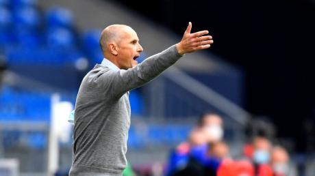 Trainer Heiko Herrlich möchte mit dem FC Augsburg den Klassenerhalt in Düsseldorf endgültig perfekt machen. Theoretisch könnte der FCA noch auf den Relegationsplatz abrutschen.