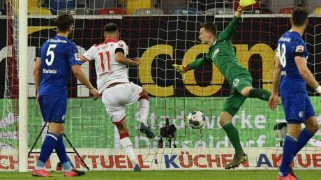 Düsseldorfs Kenan Karaman (2.v.l.) drehte mit seinem Tor die Partie gegen Schalke.