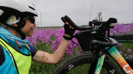 """""""Face to Face"""" mit ihrem Fahrrad: Triathletin Daniela Unger auf der Strecke bei Offingen."""