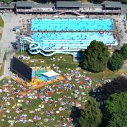 So dicht gedrängt wie in den vergangenen Jahren wird es in den Schwimmbädern im Jahr 2020 nicht zugehen. Die Badesaison wird am 8. Juni wohl nur unter strengen Auflagen möglich sein.