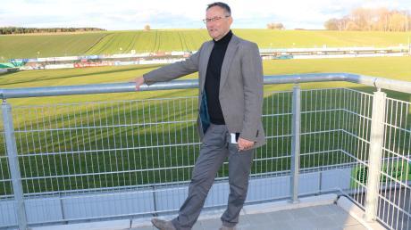 Den Blick auf sein Handy gerichtet: Ulrich Bergmann, Geschäftsführer des FC Pipinsried, wartet auf den Rückruf eines Großsponsors – vergebens. Der 62-Jährige hat nun beim Dorfklub gekündigt. Auf Anfrage nenn er die Gründe für die Trennung und verrät, wie es jetzt für ihn weitergeht.