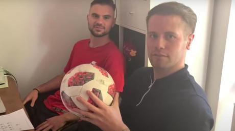 """Begleiten das """"Spiel des Lebens"""" als Kommentatoren: Daniel Leugner (hinten) und Fabian Hürzeler."""