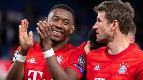David Alaba (l) macht in der Innenverteidigung des FC Bayern einen starken Job.