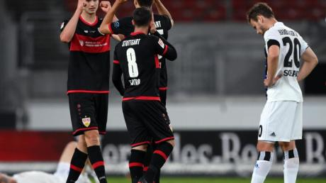 Die Stuttgarter feiern den Last-Minute-Sieg gegen den HSV.