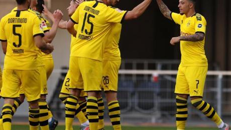 Die Dortmunder um Jadon Sancho (r) zeigten eine starke zweite Halbzeit in Paderborn.