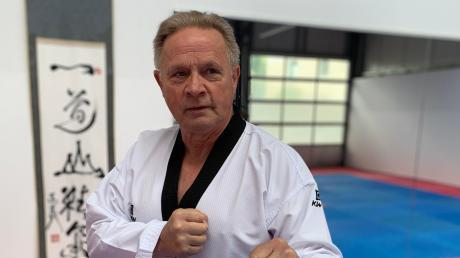 In einer ehemaligen Autowerkstatt hat Heinz Gruber seit einem Jahr seine Taekwondo-Schule in Krumbach. Hier unterrichtet er Schüler vom Kindes- bis zum Rentenalter. Anlässlich seines 70. Geburtstags sinniert er darüber, die Leitung seiner Schule langsam in andere Hände zu übergeben.