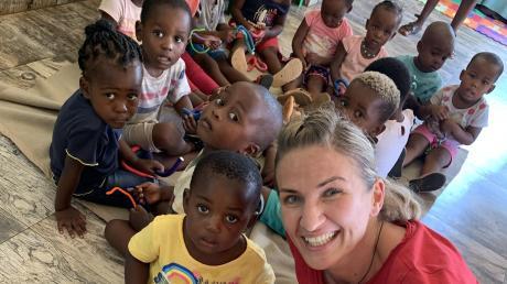 Nikki Adler mit ganzen jungen Fans in Südafrika.