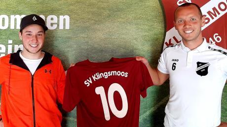 Stolze Neuverpflichtung: SVK-Abteilungsleiter Tobias Narr (rechts) mit Untermaxfelds Torjäger Marco Veitinger (links).