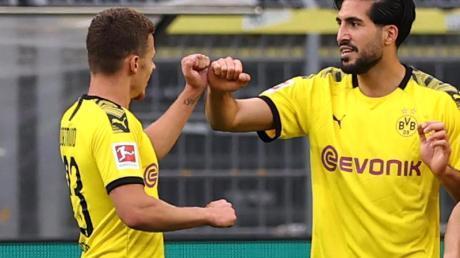 Emre Can (r) bejubelt sein Tor gegen Hertha mit Teamkollege Thorgan Hazard.