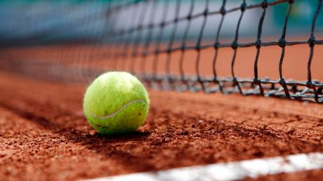 Am Tennisplatz in Türkheim wurde am Montag ein Exhibitionist gesichtet, der onanierte, während er minderjährige Mädchen beobachtete. Die Polizei startet einen Zeugenaufruf.
