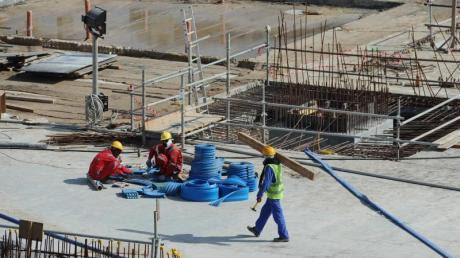 Katar wird immer wieder vorgeworfen, dass dort ausländische Arbeiter ausgebeutet werden: Ein Arbeiter geht über die Baustelle des Al-Bayt-Stadions.