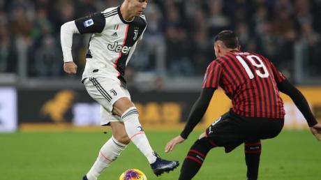 Cristiano Ronaldo (l) trifft im Pokal-Halbfinale mit Juve auf Theo Hernandez und de AC Mailand.