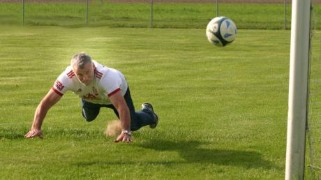 Er kann es auch heute noch: Der 63-jährige Karl-Heinz Heininger zeigt in der nachgestellten Szene, wie er per Flugkopfball das Siegtor gegen den FC Augsburg nach Flanke von Wolfgang Rösch erzielte.