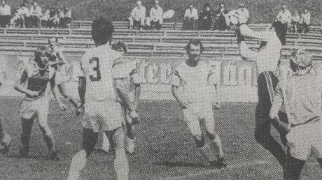 Diesen Ball pflückt Türkheims Keeper Reinhard Kugelmann im Pokalfinale gegen den BSK Olympia Neugablonz sicher herunter. Insgesamt jedoch musste er in diesem Spiel fünf Gegentreffer hinnehmen.