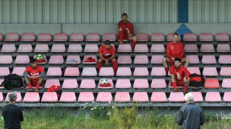 "Abstand halten lautet das Gebot vor Trainingsbeginn beim Bezirksligisten TSV Neusäß. Zunächst erläutert Günther Hausmann die neuen Regeln des ""Corona-Maßnahmenplans""."