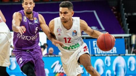 Nationalspieler Maodo Lo (r) lenkte das Spiel der Bayern-Basketballer.