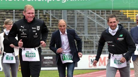 SSV Mehrkämpfer Arthur Abele (vorne links) und Einstein-Marathon-Sieger Thorben Dietz (rechts) eröffneten den Firmenlauf.