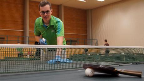 Der Hygienebeauftragte der TSV-Tischtennisabteilung, Simon Ohr, desinfiziert gerade einen Tisch mit Tischreiniger und Tuch.