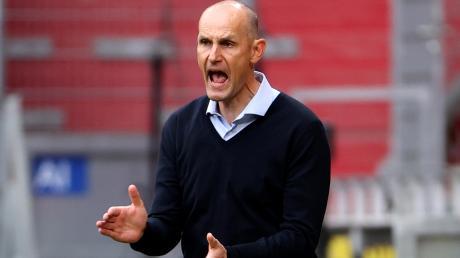 FCA-Trainer Heiko Herrlich feuert seine Mannschaft an weiterzumachen. Trotz der Belastungen der englischen Woche soll sein Team am Mittwochabend gegen die TSG Hoffenheim Vollgas geben und den Klassenerhalt sichern.