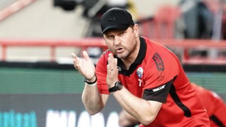Paderborns Trainer Steffen Baumgart reagiert während des Spiels gegen Union Berlin.