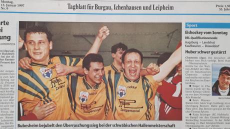 Welchen Stellenwert der Hallenfußball damals in Schwaben hatte, verdeutlicht die Ausgabe unserer Zeitung vom 13. Januar 1997. Gerhard Just, Sedat Cakmak und Jürgen Staiger bejubeln auf der Titelseite den Triumph des SC Bubesheim in der Augsburger Sporthalle. Das Foto schoss Fred Schöllhorn.
