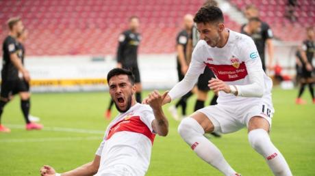 Der VfB Stuttgart um Nicolas Gonzalez (l) und Atakan Karazor eroberten Platz zwei.