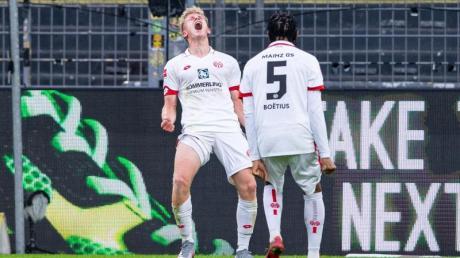 Der Mainzer Torschütze Jonathan Burkardt (l) feiert seinen Treffer mit Jean-Paul Boetius.