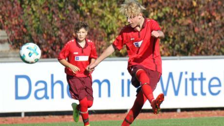 Für Marc Baumgärtner (am Ball) und die Nachwuchskicker der SG Dasing/Ecknach ist die Saison beendet. Die Mädchen spielen dagegen weiter. Bei den Verantwortlichen im Wittelsbacher Land ruft das unterschiedliche Reaktionen hervor.