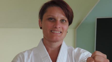 Karte gehört zu ihren Leidenschaften: Monika Formann übt ihre Sportart beim FC Ehekirchen aus.