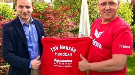 Abteilungsleiter Max von Schönfeldt (links) begrüßt René Schnitzlein als neuen Trainer der Neusässer Handballer.