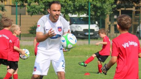 Der Großsorheimer Robert Strauß (hier beim Training mit den F-Junioren der SpVgg Deiningen) beendet seine Profikarriere, bleibt aber dem 1. FC Heidenheim im Management erhalten.