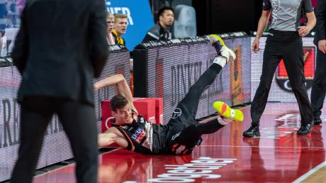 Mit vollem Einsatz dabei: Ulms Christoph Philipps knallte im Spiel gegen Ludwigsburg mit dem Kopf voraus in eine Bande. Zuvor hatte er versucht, einen Ball zu erwischen, der ins Aus flog.
