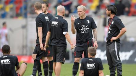 Philipp Max trägt das T-Shirt, mit dem der FCA am letzten Wochenende in aller Bescheidenheit den Klassenerhalt feierte. Dennoch ist das Spiel gegen Leipzig nicht ohne Bedeutung.