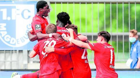 Die Spieler des FC Bayern München II bejubeln den späten Ausgleichstreffer in Magdeburg. Nach 34 Spieltagen ist die Mannschaft von Trainer Sebastian Hoeneß Tabellenführer in der 3. Liga.